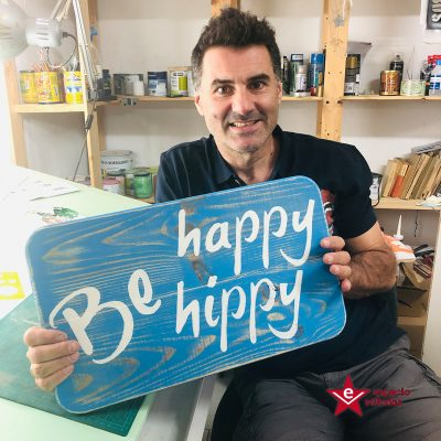 Cartel_Madera_Be_Happy_Hippy